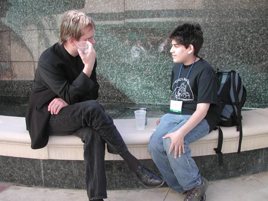 Swartz aos 14 anos durante encontro com Lawrence Lessig (Foto: Richard Gibson/Divulgação)